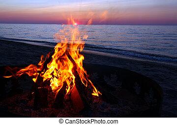 überlegen, lagerfeuer, sandstrand, see