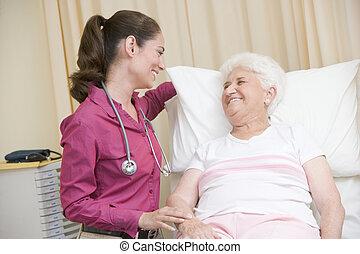 überprüfung, frau, prüfung, doktor, geben, lächeln, zimmer