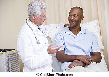 überprüfung, zimmer, doktor, geben, lächelnden mann, prüfung