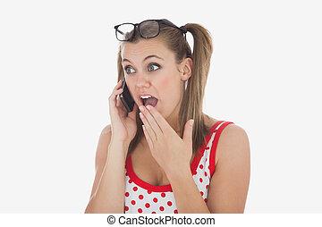überrascht, frau, gebrauchend, mobilfunk