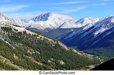 übersehen, von, der, schneebedeckte , berge, bäume, und, berg, flüßchen, oben