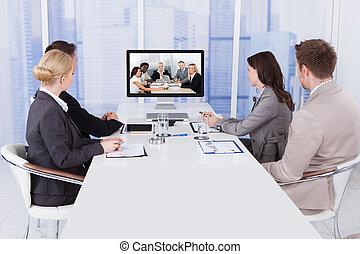ügy emberek, alatt, video konferencia, asztal