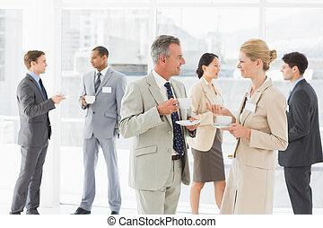 ügy emberek, beszélgető, -ban, egy, tanácskozás