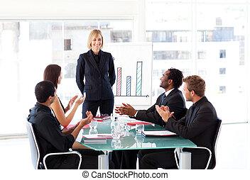 ügy emberek, tapsoló, alatt, egy, gyűlés