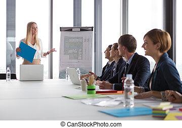 ügy woman, átnyújtás, terv, fordíts, neki, colleagues, alatt, modern, hivatal.
