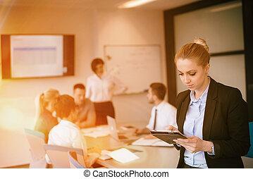 ügy woman, képben látható, gyűlés, használ, tabletta, számítógép