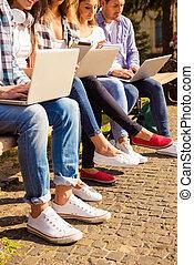 ülés, elfoglalt, tanulás, feláll, diákok, laptops, bírói szék, becsuk