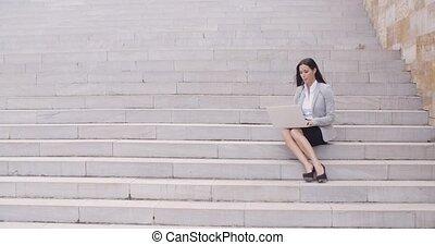 ülés, laptop, munkás, fiatal, lépések, meglehetősen