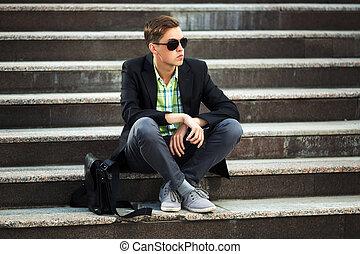 ülés, mozgatható, fiatal, telefon, lépések, ember