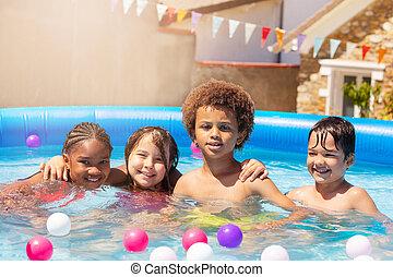 ül, gyerekek, négy, átkarolás, pocsolya, mosoly, úszás, boldog