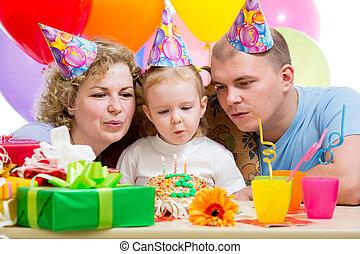 ütés, gyertya, születésnap, szülők, torta, leány, kölyök