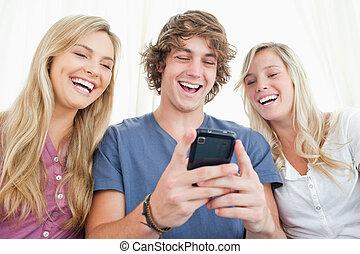 üzenet, mozgatható, barátok, ül, telefon, együtt, mosolygós...