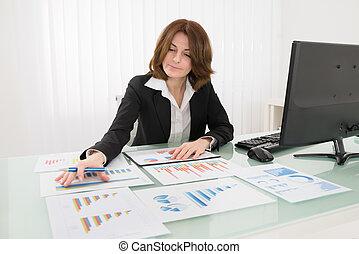 üzletasszony, elemzés, ábra