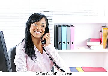 üzletasszony, mosolygós, íróasztal, fekete, telefon