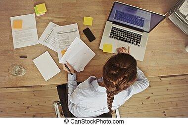 üzletasszony, munka at, neki, hivatal asztal, noha, okmányok, és, laptop