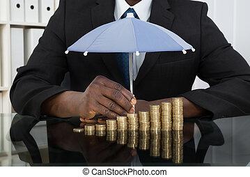 üzletember, érmek, esernyő, oltalmaz