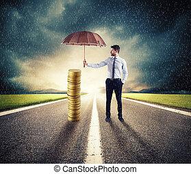üzletember, őt oltalmaz, övé, pénz, megtakarítás, noha, umbrella., fogalom, közül, biztosítás, és, pénz, oltalom