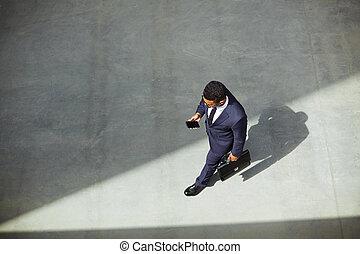 üzletember, cellphone