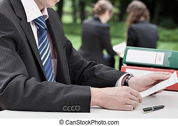 üzletember, felolvasás, egy, dokumentum