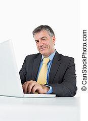 üzletember, gépelés, képben látható, laptop