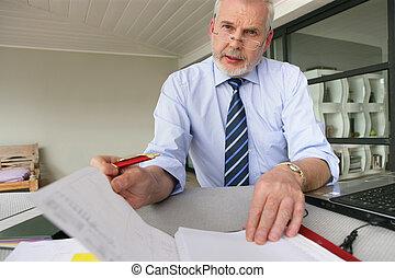 üzletember, idősebb ember, övé, dolgozó, íróasztal