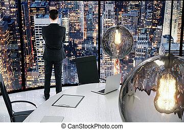 üzletember, látszó, fordíts, város, -ban, este in, egy, konferencia terem