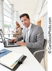 üzletember, laptop computer, dolgozó