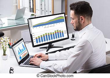 üzletember, laptop, elemzés, ábra