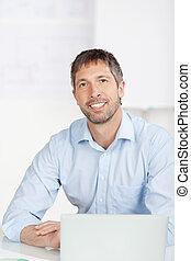 üzletember, laptop, hivatal asztal