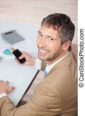 üzletember, mosolygós, érett, íróasztal