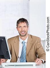 üzletember, mosolygós, hivatal asztal