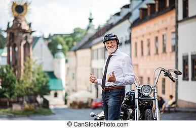 üzletember, sisak, idősebb ember, motorkerékpár, város,...