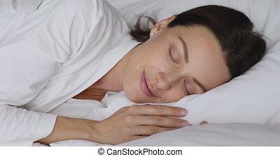 łóżko, aparat fotograficzny, kobieta, zmartwychwstać, sen, patrzeć, piękny, do góry