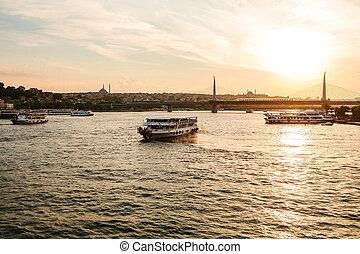 łódki, żagiel, wzdłuż, przedimek określony przed rzeczownikami, bosphorus, na, przedimek określony przed rzeczownikami, tło, od, piękny, wizje lokalne, od, sambul, na, sunset.