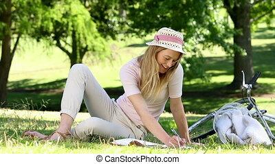 ładna dziewczyna, pisanie, w, notatnik, niezależnie, jej, rower
