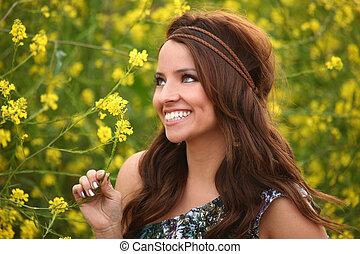 ładna dziewczyna, w, niejaki, kwiat, pole