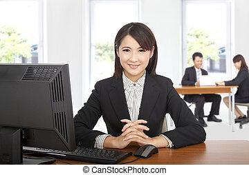 ładny, asian handlowy, kobieta na biurowej kasetce, z, komputer
