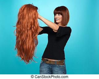 ładny, kobieta, podziwiając, kudły, peruka