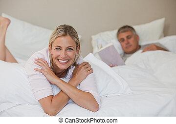 ładny, kobieta przeglądnięcie, na, przedimek określony przed rzeczownikami, aparat fotograficzny, znowu, jej, mąż, jest, spanie