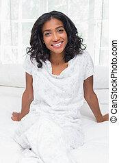 ładny, kobieta uśmiechnięta, na aparacie fotograficzny, posiedzenie na łóżku
