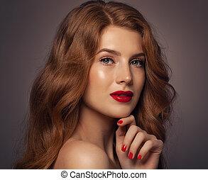 ładny, kobieta, z, czerwony, kędzierzawy włos, piękno, fason, portret