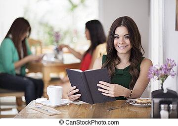 ładny, młoda kobieta, czytanie książka