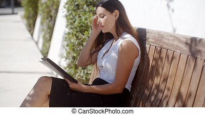 ładny, młoda kobieta, surfing internet