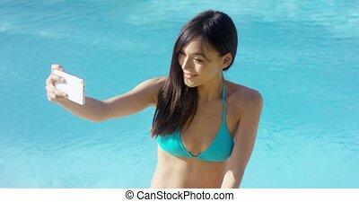ładny, młoda kobieta, wpływy, jej, selfie