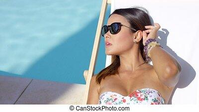 ładny, młody, brunetka, kobieta sunbathing, poolside