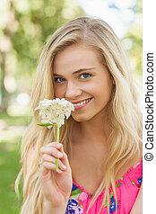 ładny, pachnący, biały, kobieta, kwiat, młody
