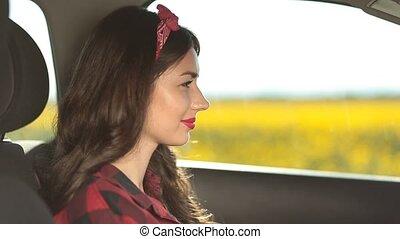 ładny, posiedzenie, wóz, kierowca, samica, uśmiechanie się