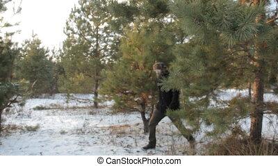 łopatka, away., jego, sunglasses, kieruje, po, drzewo sosny, za, obcy, hipster, idzie, człowiek, siekiera, broda, oblezieni, poza
