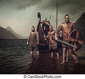 őrült, vikings, harcos, álló, képben látható, a, tengerpart, noha, drakkar, képben látható, a, háttér.