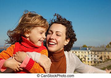 ősz, lány, ők, napos, day., nevet, anya, outdoors.